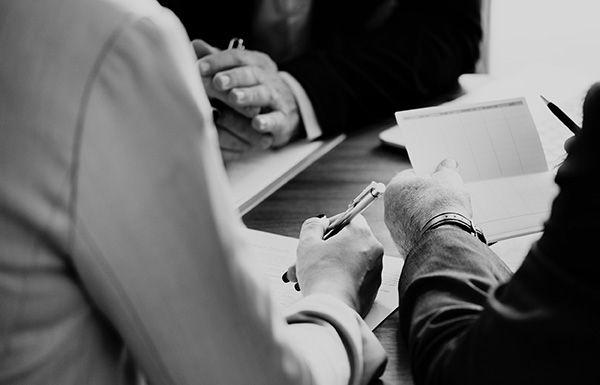 бизнес среща в черно-бяло