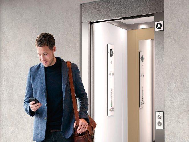 пасажер излиза от асансьор Synergy 100