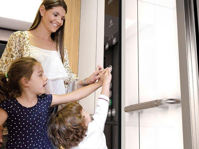 майка с деца в асансьор Synergy 200