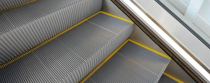 стъпала на ескалатор Velino с жълти предпазни ивици