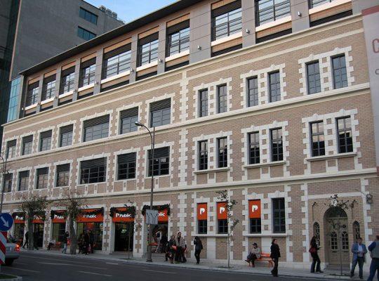 Фасадата на магазин Public