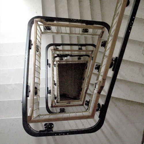 релса на жилищно стълбище за платформа за хора в неравностойно положение