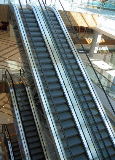 монтирани ескалатори в търговски център