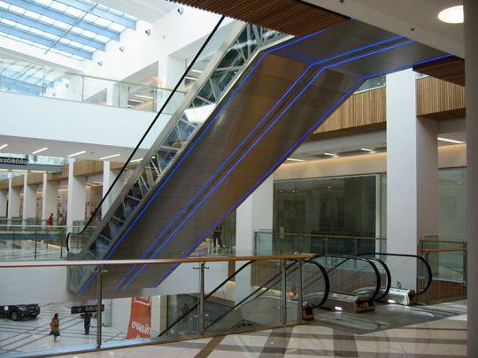 монтирани ескалатори с LED осветление