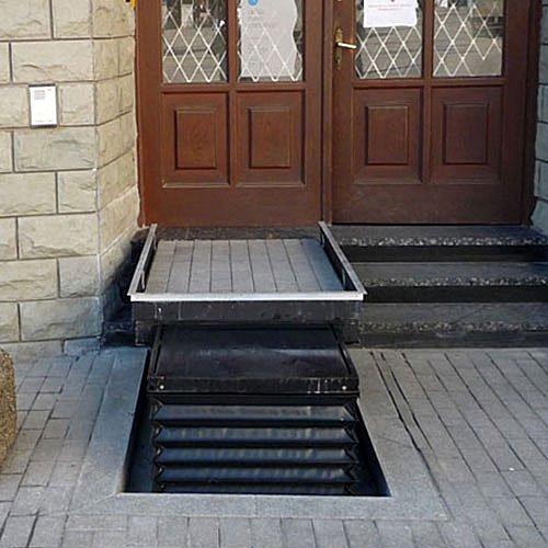 повдигаща се платформа на тротоара за хора в неравностойно положение