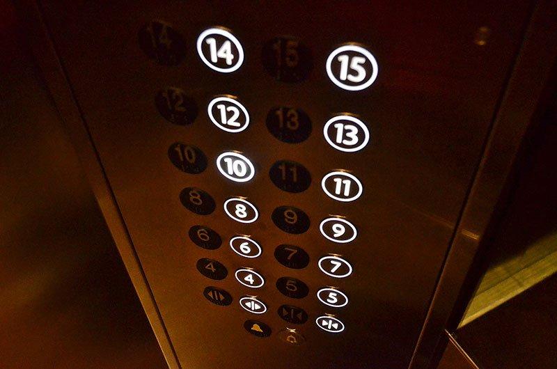 асансьорно табло със светещи числа