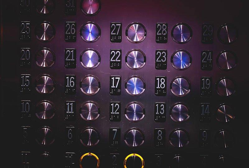 командно табло на асансьорна кабина детайл