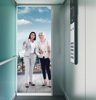 Две пътнички пред кабината на асансьор Synergy 300