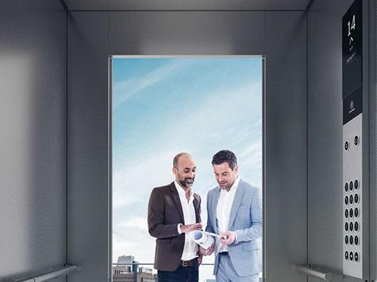 асансьор ThyssenKrupp Latitude интериор в кафяво